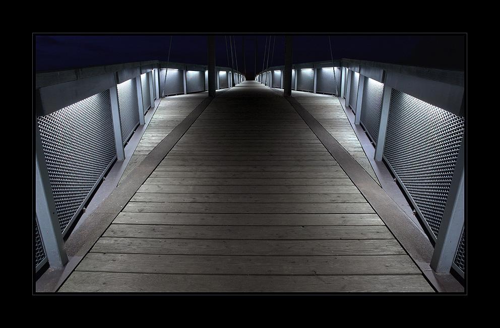 Beleuchtete Fußgängerbrücke