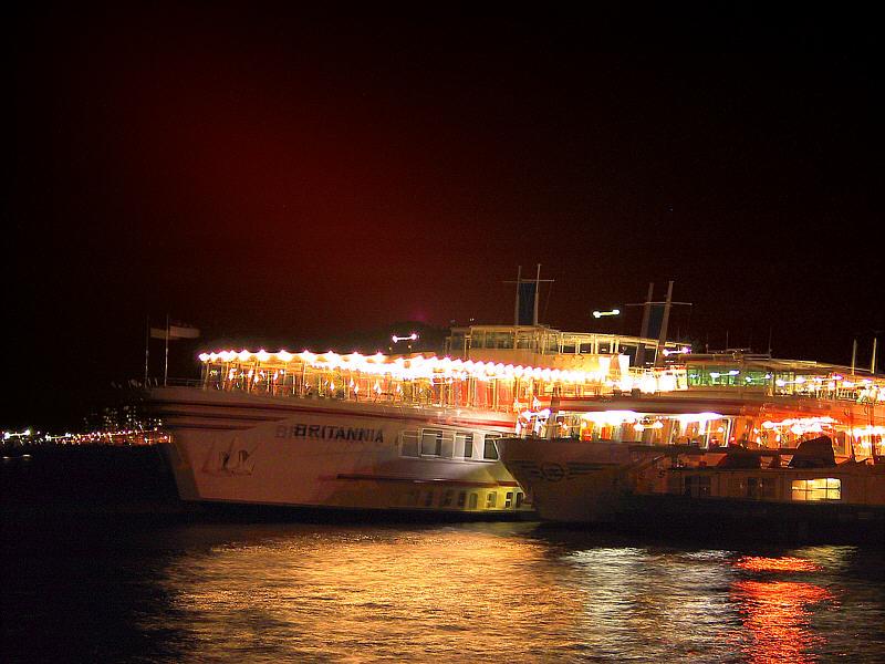 Beleuchtete Schiffe im Hafen von Amsterdam