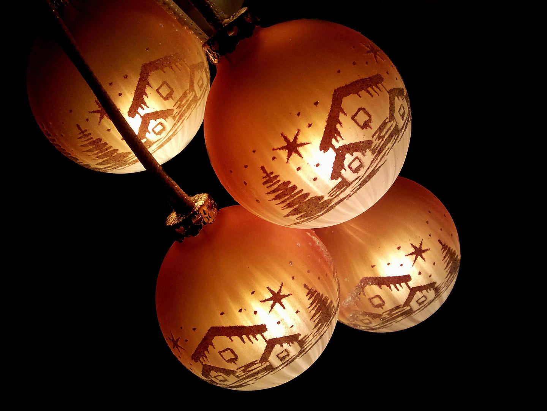 Beleuchtete weihnachtskugeln foto bild lampen und - Weihnachtskugeln fenster ...