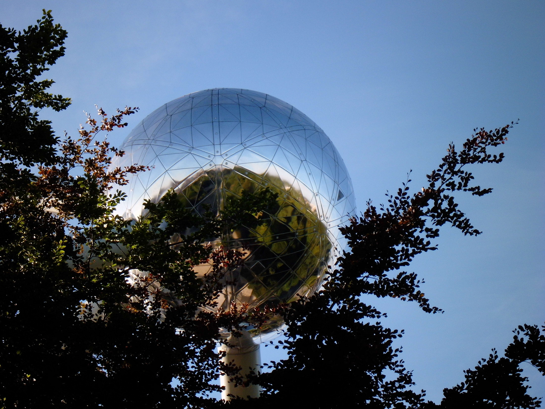 Belgien, Brüssel, Atomium, Kugel über Bäume, August 2012
