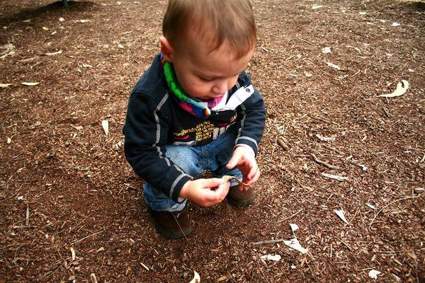 Ben auf dem Spielplatz mit Blatt