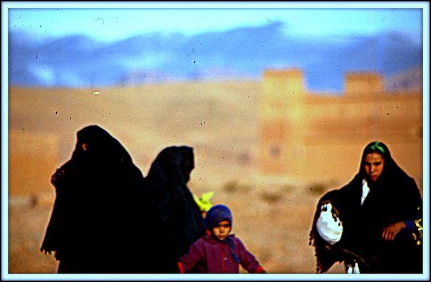 """Berberfrauen mit Kind  an der """"Straße der Kasbahs""""."""