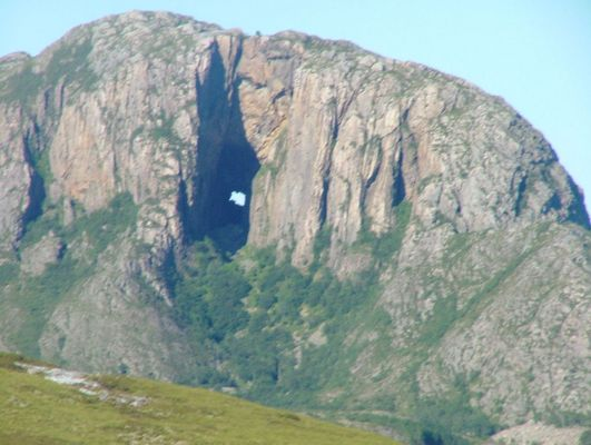 Berg mit Durchreiche