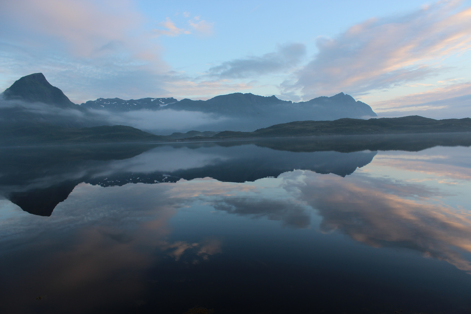 Berg mit Nebel umschleihert
