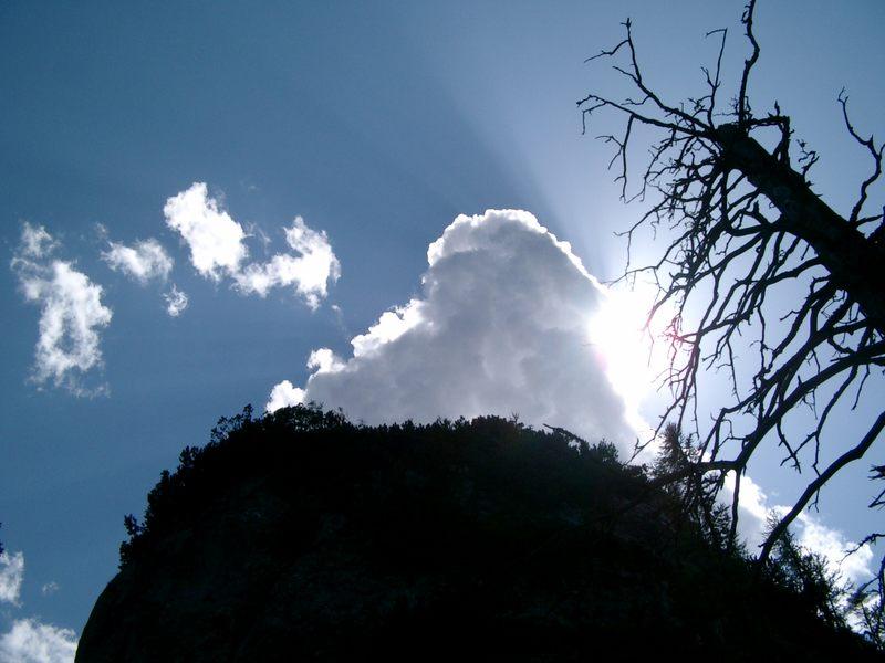 Berg mit Wolke und Sonne