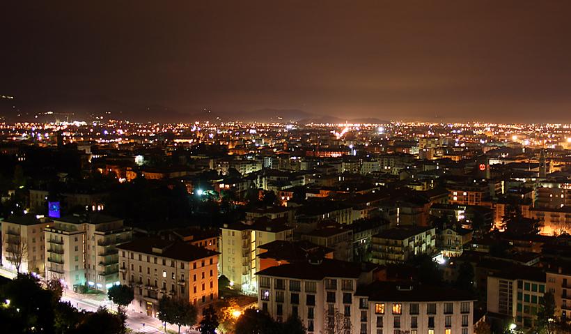 Bergamo notturno dalla citt alta foto immagini europe for B b bergamo alta