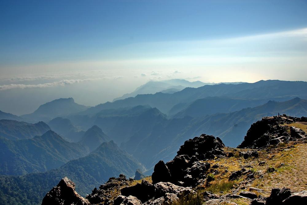 Bergblick im Gegenlicht