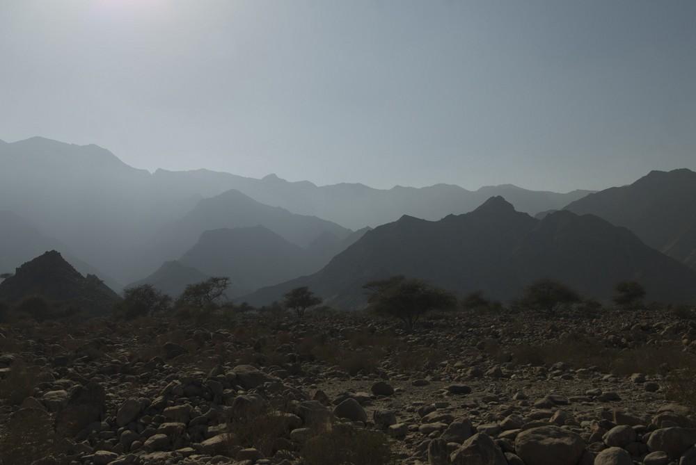 Berge im Dunst im Oman