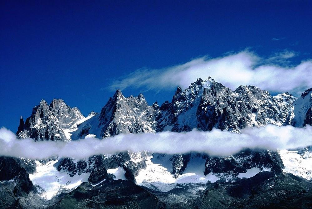 Berge mit Wolkenring bei Chamonix