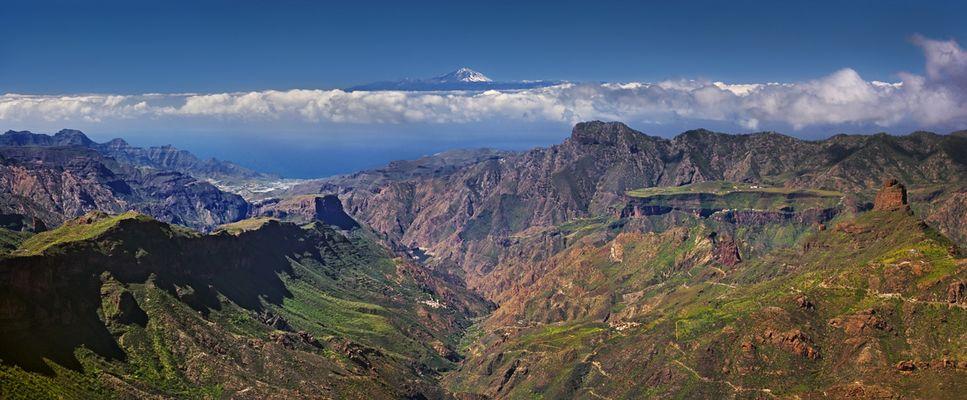 Bergen in Gran Canaria mit Pico del Teide im Hintergrund.