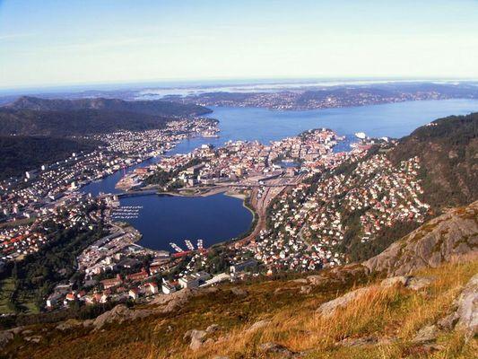 Bergen: Stadtzentrum vom Landåsfjellet aus an einem schønen Tag