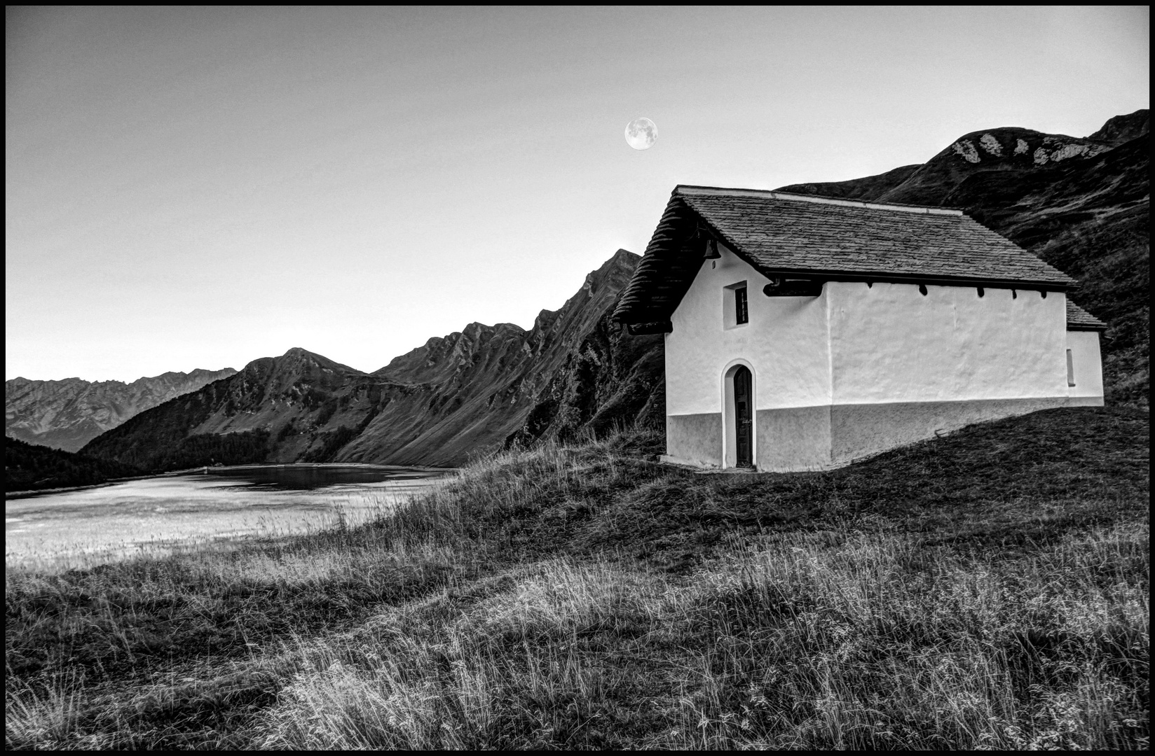 Bergkapelle und Vollmond