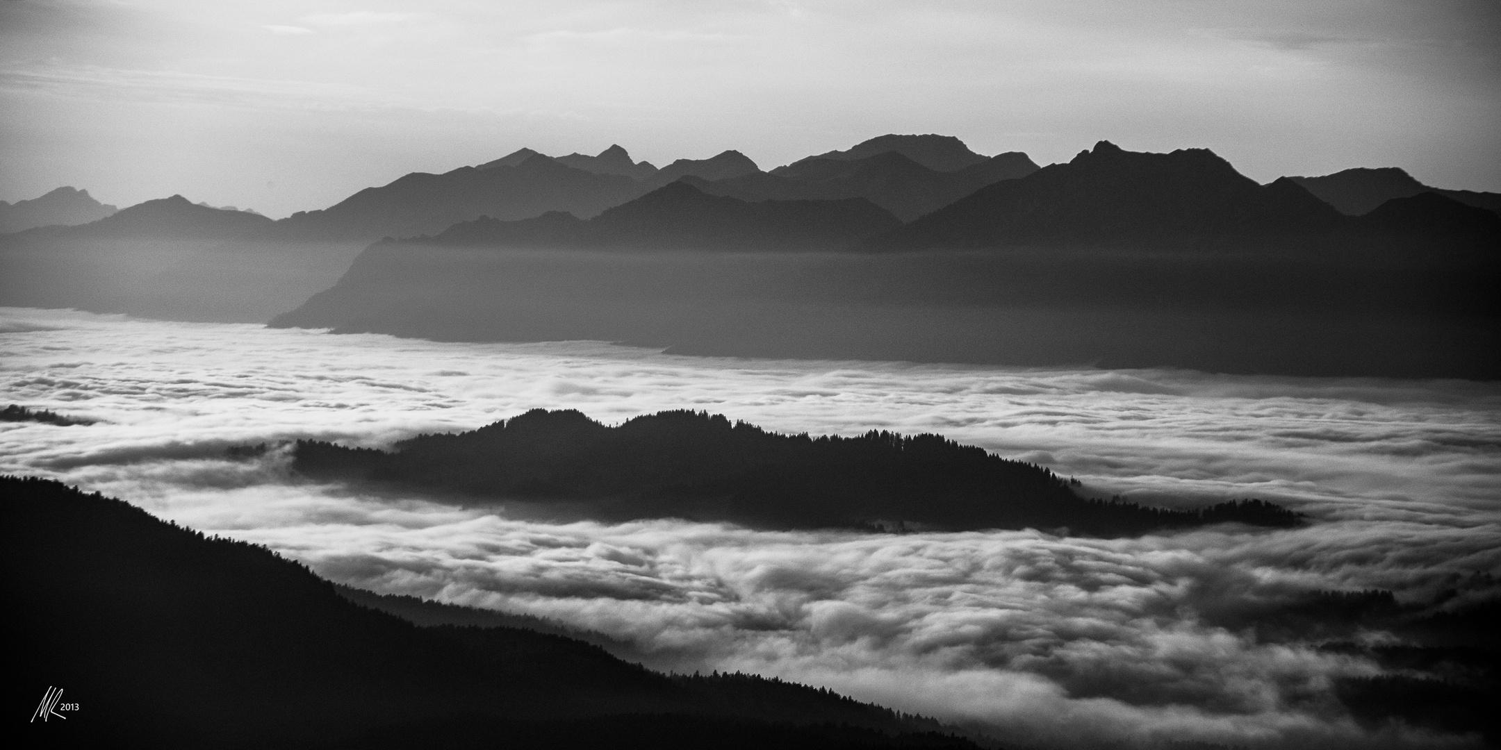 Bergketten und Wolkenmeer
