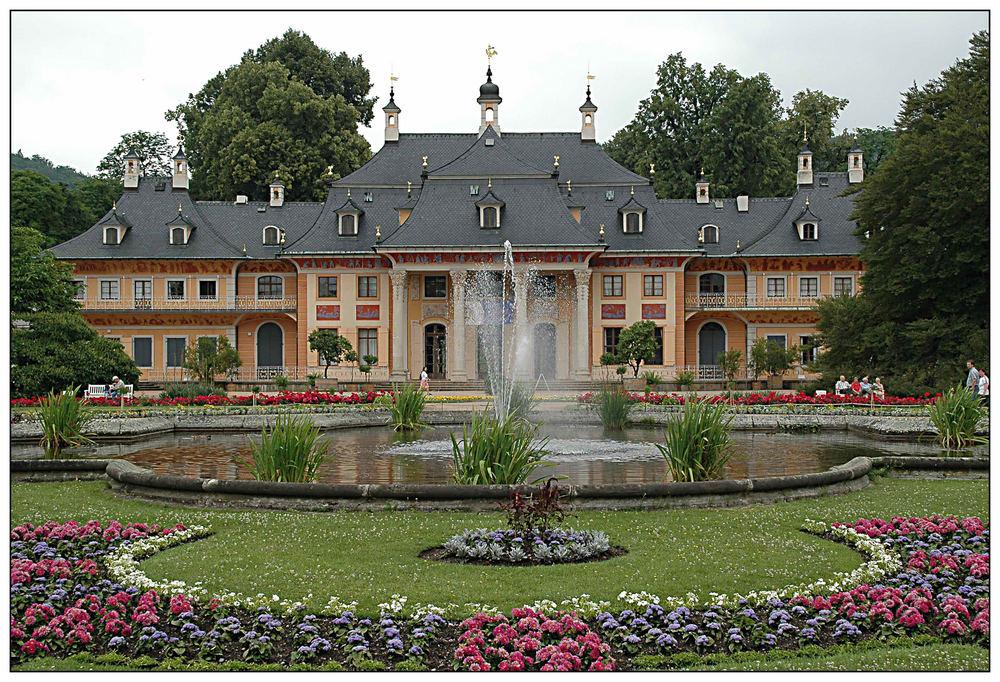Bergpalais mit Lustgarten