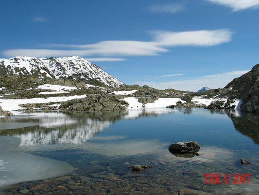 Bergsee mit dem ersten Frost