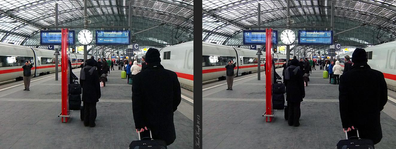 Berlin, Hauptbahnhof - Warten auf Anschluß