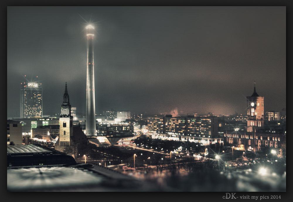 Berlin im Nebel bei Nacht
