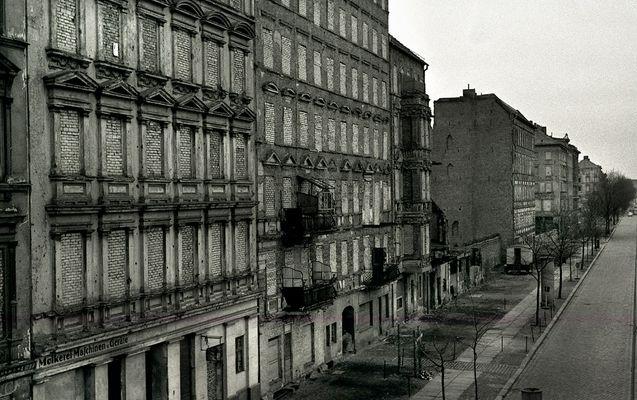 Berlin Ostern 1966. Die zugemauerten Fenster in der Bernauer Straße.