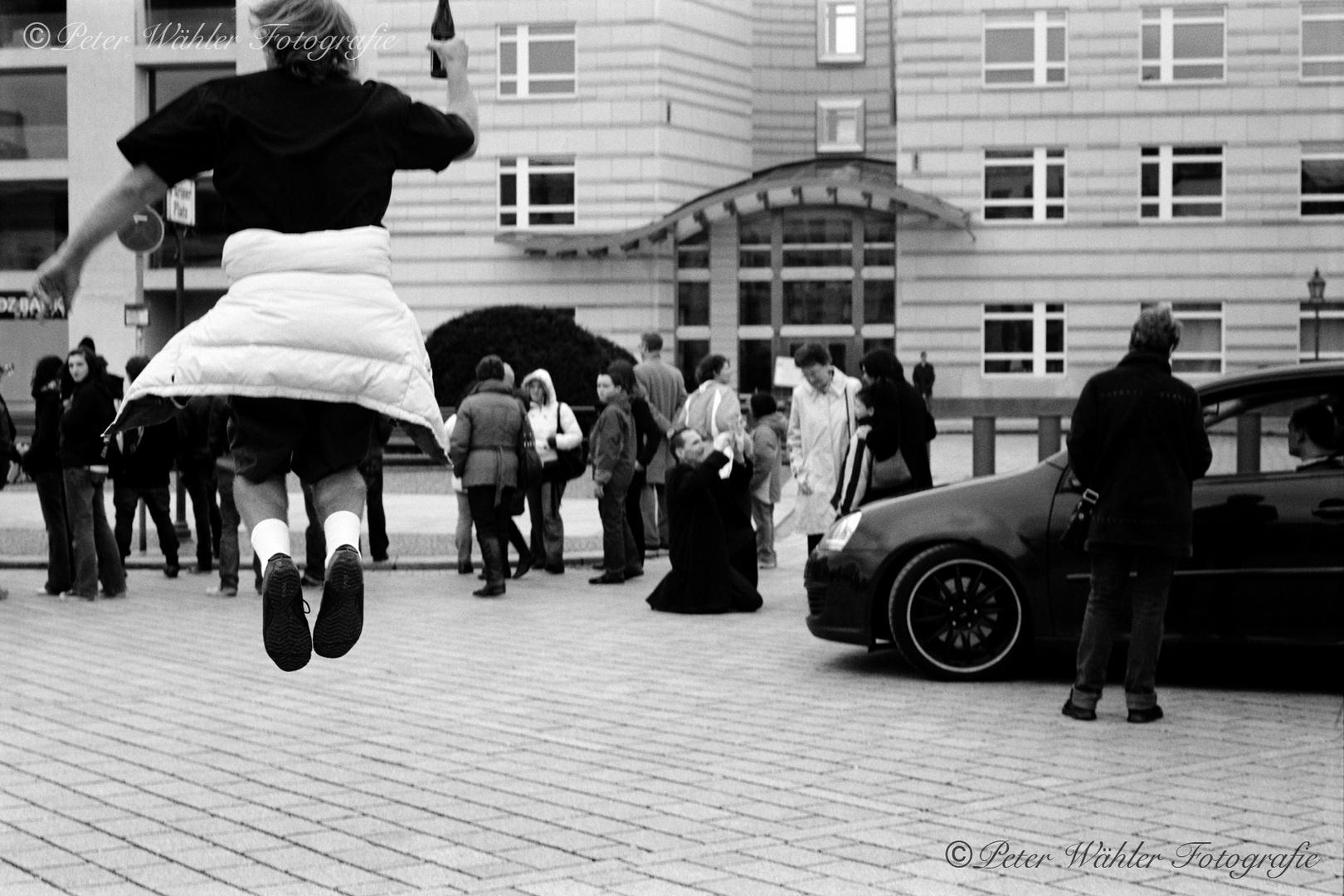 Berlin - Pariser Platz / Freudensprünge