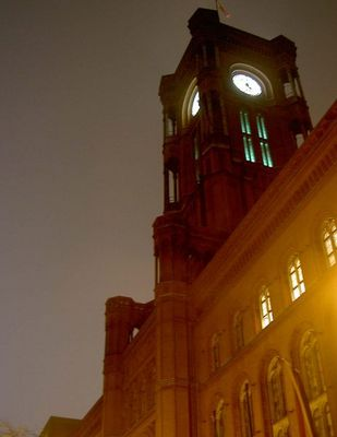 Berlin Rotes Rathaus im Nebel