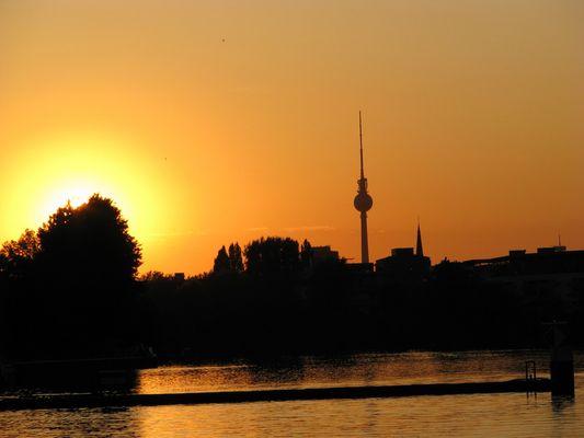 Berlin Rummelsburger See mit Sonnenuntergang über der City