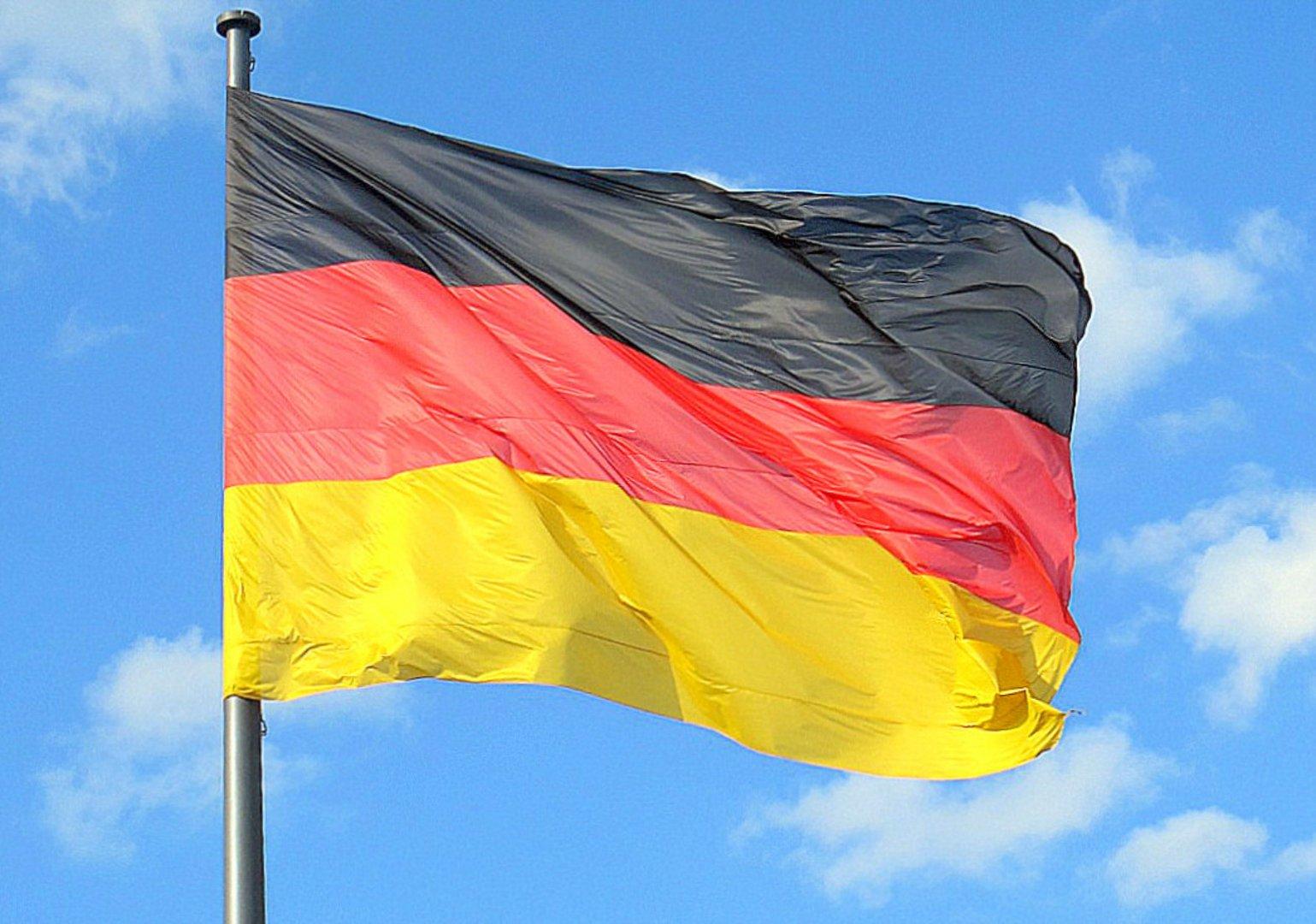 Berlin:Die große Flagge vor dem Reichstag
