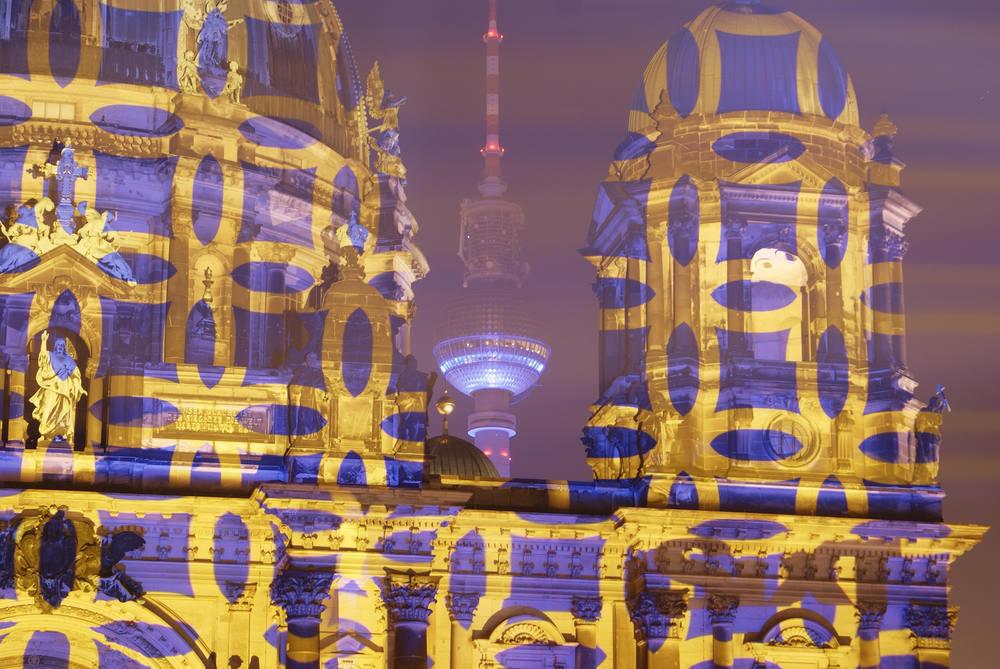 Berliner Dom mit Fernsehturm beim Festival of Lights