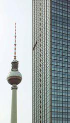 Berliner Fernsehturm mit Hochhaus