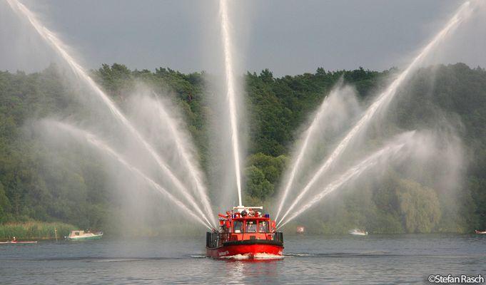 BERLINER FEUERWEHR - Löschboot III gibt Wasser
