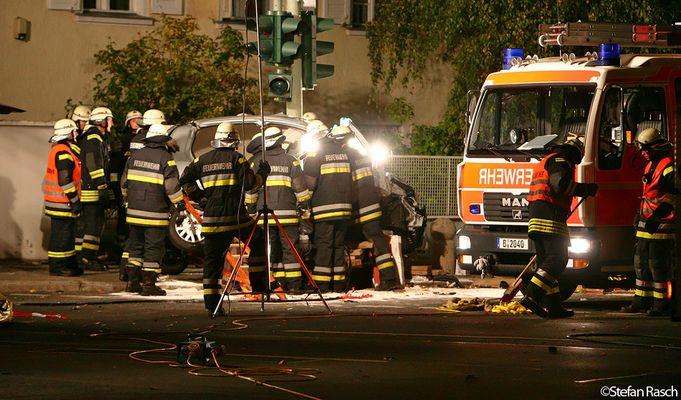 BERLINER FEUERWEHR - Schwerer Verkehrsunfall - Berlin Wilmersdorf