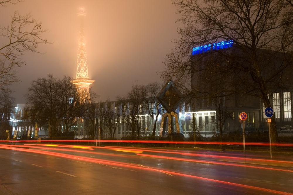 Berliner Funkturm im Nebel