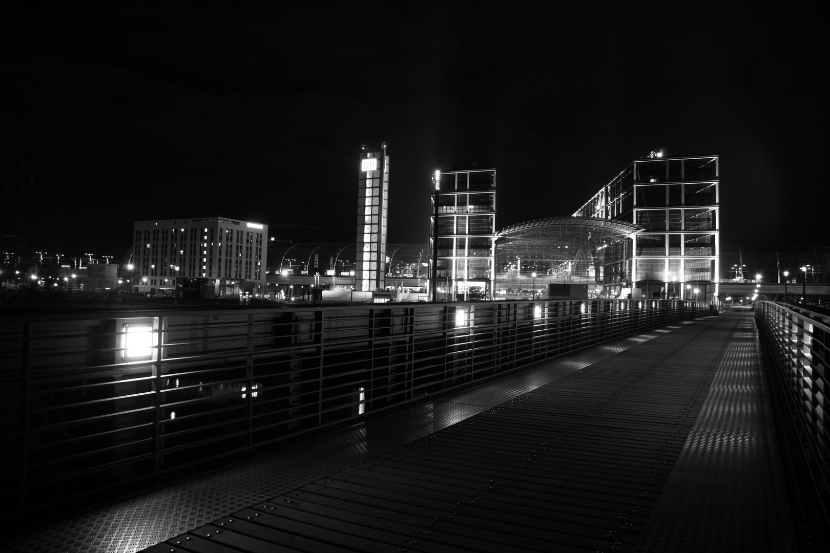 Berliner Hauptbahnhof in S/W