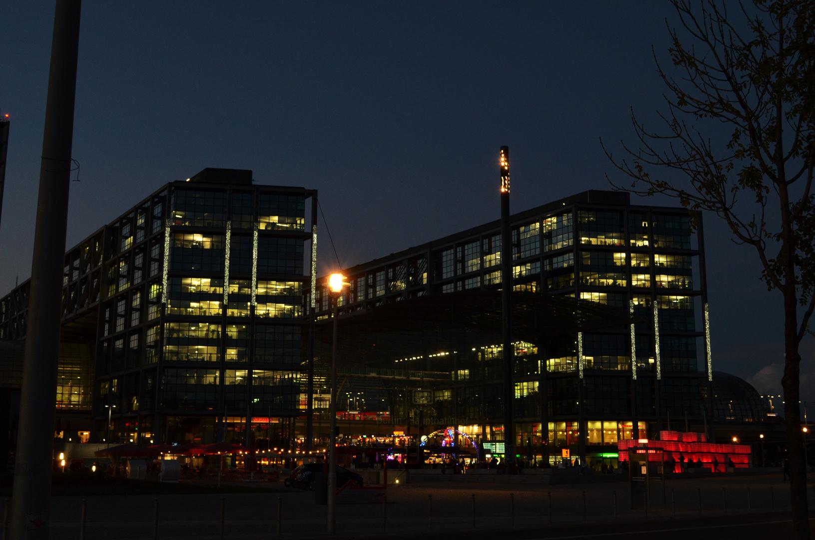 Berliner Hauptbahnhof mit Lichtinstallation