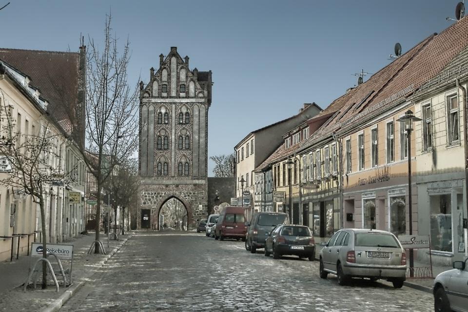 Berliner Strasse mit dem Berliner Tor in Templin