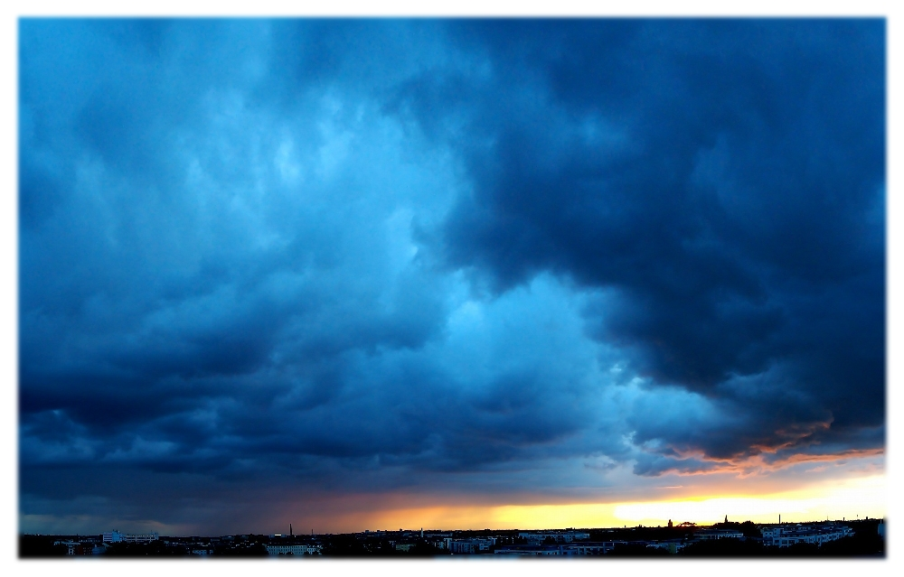Berliner Wolkenhimmel zum Sonnenuntergang