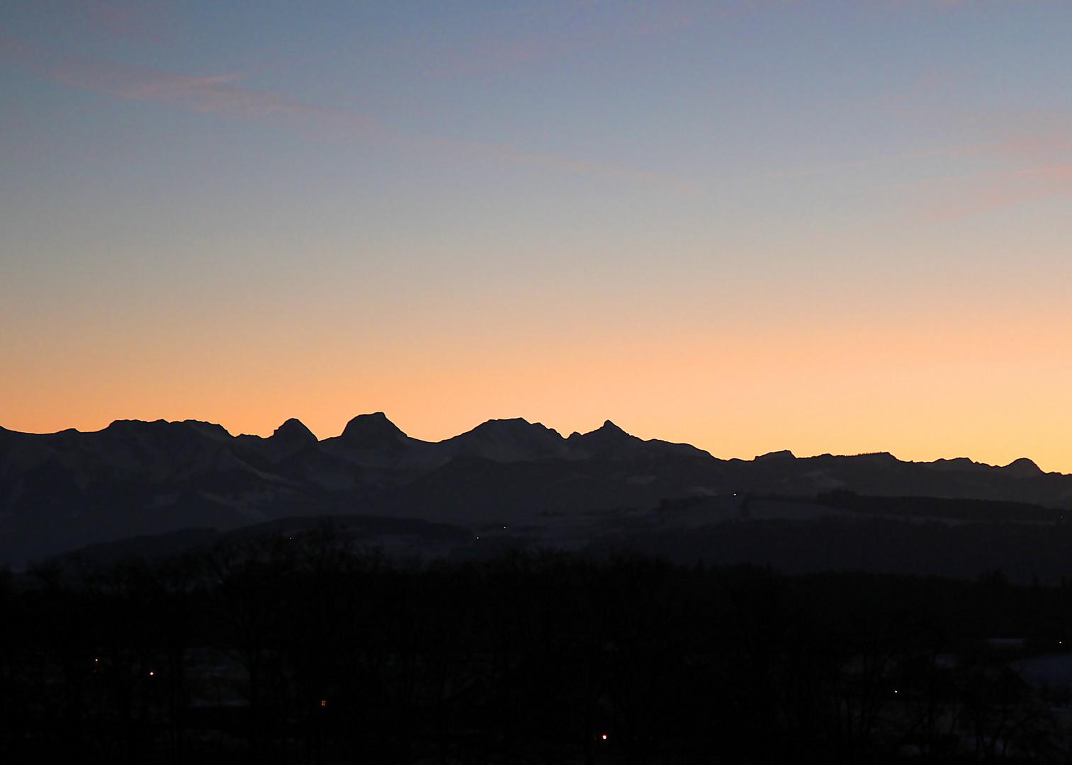 Berner Voralpenkette im Dezember-Abendlicht