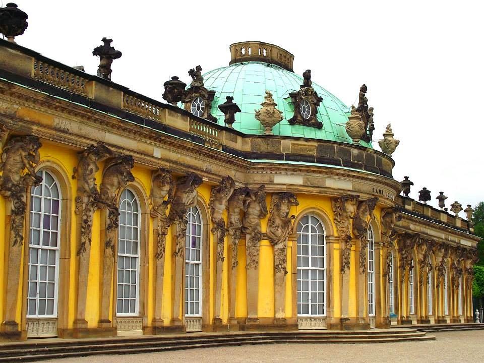 berühmtes gelbes Schloss