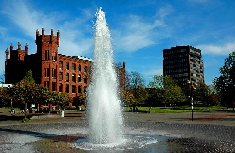 Berufskolleg Platz der Republik für Technik und Medien mit Springbrunnen