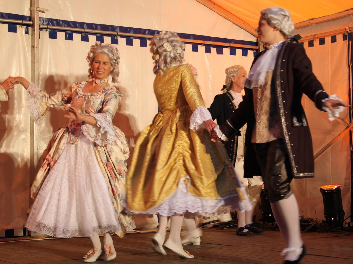 Beschwingte Tänze (und -rinnen) beim diesjährigen Mittsommerfestival zu Bleckede/Elbe