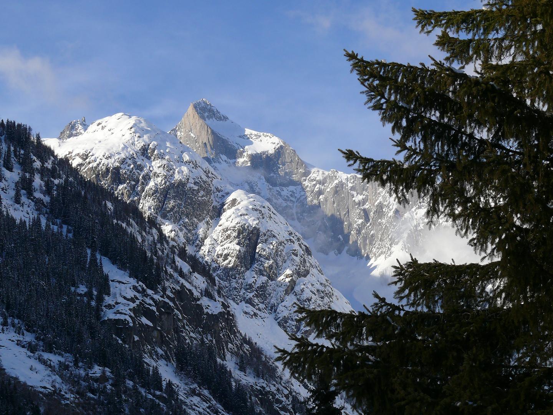 besonntes Bergmassiv