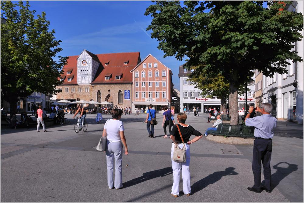 Besucher am Markt