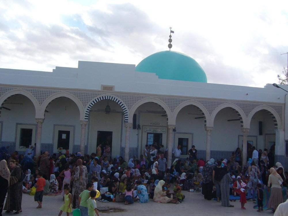 Besucher der Grabstätte von Sidi Ameur