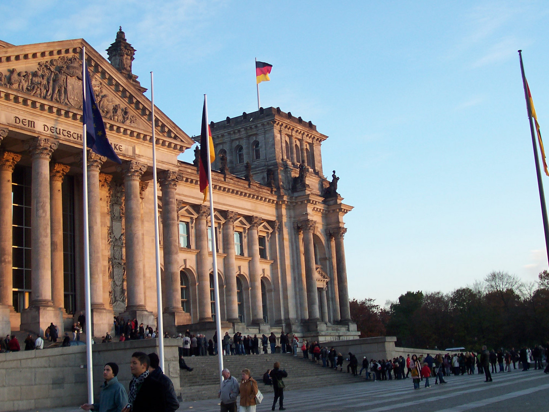 Besucherschlange vorm Reichstag