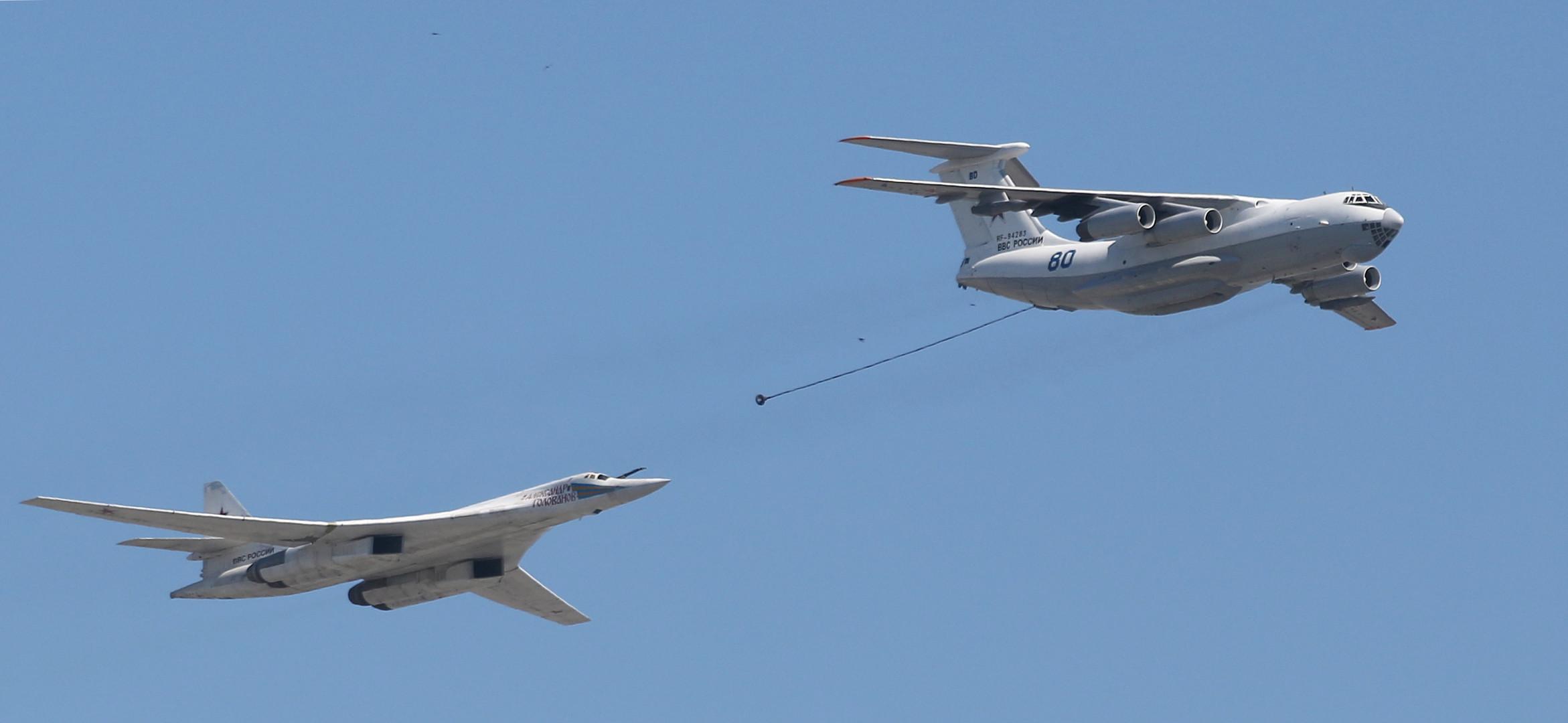 Betanken eines Langstreckenbombers in der Luft