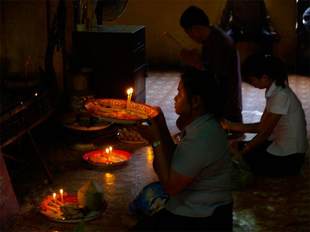 Betende im Tempel
