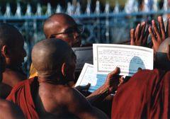 Betende Mönche im Sonnenuntergang-2