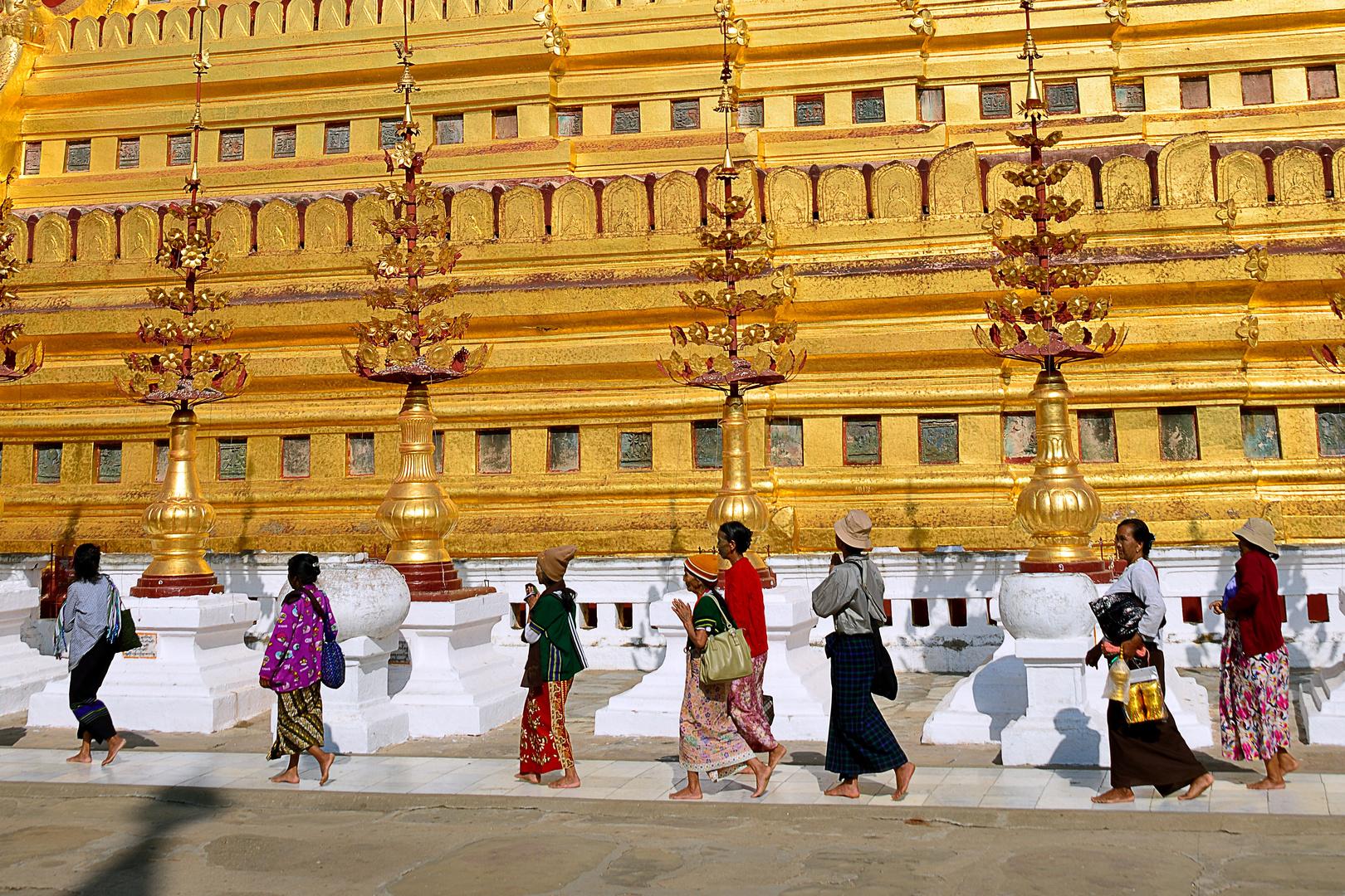 Betende umkreisen Shwedagon Pagode / praying people rounding Shwedagon pagoda