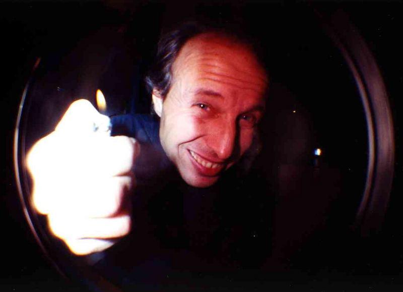 Betrunkener Harlekin, mit einer kataklysmischen Photonenschleuder bewaffnet
