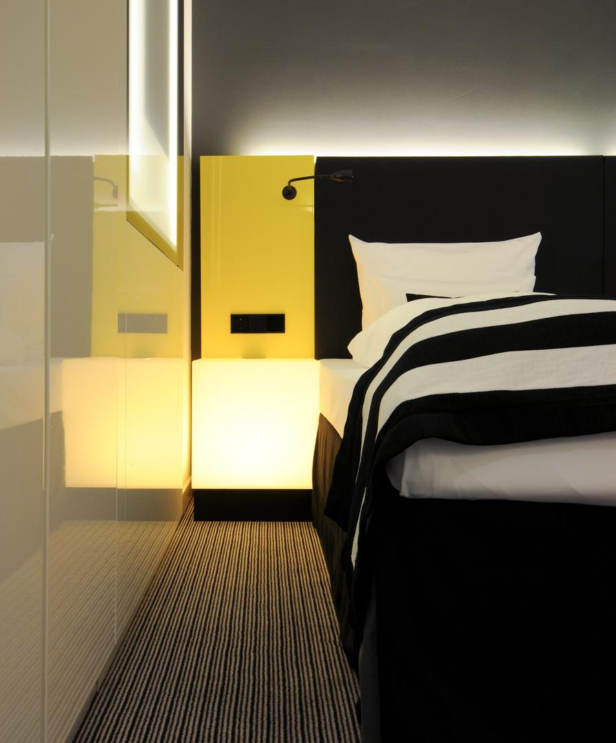 Bett mit Leuchtwürfel
