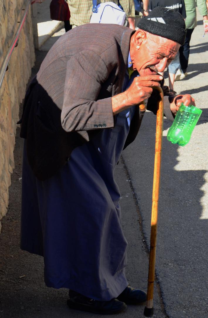 Bettler am Brunnen Bethestha in Jerusalem